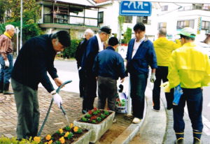 塩山駅北口の花植え