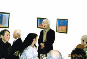 挨拶する個展を開催した窪田正昭さん